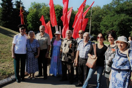 the author at ceremony in Gorlovka marking the 76th anniversary of the liberation of Donbass from Nazis